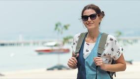 Νέα γυναίκα τουριστών που οι όμορφες απόψεις της θάλασσας απόθεμα βίντεο