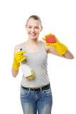 Νέα γυναίκα το σφουγγάρι και τον καθαρίζοντας ψεκασμό που απομονώνονται με Στοκ φωτογραφία με δικαίωμα ελεύθερης χρήσης