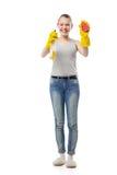 Νέα γυναίκα το σφουγγάρι και τον καθαρίζοντας ψεκασμό που απομονώνονται με Στοκ εικόνα με δικαίωμα ελεύθερης χρήσης