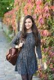 Νέα γυναίκα το φθινόπωρο Στοκ φωτογραφία με δικαίωμα ελεύθερης χρήσης