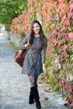 Νέα γυναίκα το φθινόπωρο Στοκ φωτογραφίες με δικαίωμα ελεύθερης χρήσης
