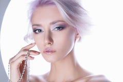 Νέα γυναίκα τρίχας χρώματος με το κόσμημα Στοκ Εικόνες