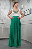 Νέα γυναίκα, όμορφο brunette σε ένα μακρύ πράσινο φόρεμα, χέρια επάνω Στοκ φωτογραφίες με δικαίωμα ελεύθερης χρήσης