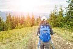 Νέα γυναίκα backpacker που απολαμβάνει το ταξίδι βουνών Στοκ Εικόνες