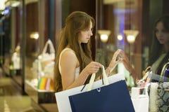 Νέα γυναίκα brunette με μερικές τσάντες αγορών στη λεωφόρο Στοκ εικόνες με δικαίωμα ελεύθερης χρήσης