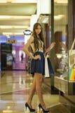 Νέα γυναίκα brunette με μερικές τσάντες αγορών στη λεωφόρο Στοκ Φωτογραφία