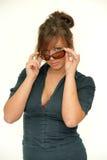 Νέα γυναίκα brunette με τα γυαλιά ηλίου Στοκ Φωτογραφία