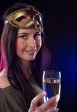 Νέα γυναίκα brunette με το γυαλί σαμπάνιας Στοκ Εικόνες