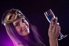 Νέα γυναίκα brunette με το γυαλί σαμπάνιας Στοκ φωτογραφία με δικαίωμα ελεύθερης χρήσης