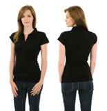 Νέα γυναίκα brunette με το κενό μαύρο πουκάμισο πόλο Στοκ φωτογραφία με δικαίωμα ελεύθερης χρήσης