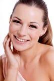 Νέα γυναίκα brunette με το όμορφο χαμόγελο Στοκ φωτογραφία με δικαίωμα ελεύθερης χρήσης