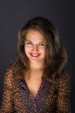 Νέα γυναίκα brunette με το όμορφο χαμόγελο Στοκ Εικόνες