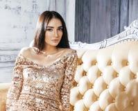 Νέα γυναίκα brunette ομορφιάς στο εγχώριο εσωτερικό πολυτέλειας, γκρίζος μοντέρνος κρεβατοκάμαρων νεράιδων Στοκ Φωτογραφίες