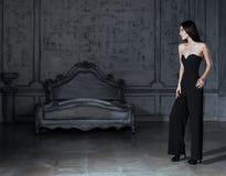 Νέα γυναίκα brunette ομορφιάς στο εγχώριο εσωτερικό πολυτέλειας, γκρίζος μοντέρνος φωτεινός κρεβατοκάμαρων νεράιδων Στοκ Εικόνα