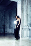 Νέα γυναίκα brunette ομορφιάς στο εγχώριο εσωτερικό πολυτέλειας, γκρίζος μοντέρνος κρεβατοκάμαρων νεράιδων Στοκ φωτογραφία με δικαίωμα ελεύθερης χρήσης