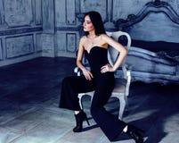 Νέα γυναίκα brunette ομορφιάς στο εγχώριο εσωτερικό πολυτέλειας, γκρίζος μοντέρνος κρεβατοκάμαρων νεράιδων Στοκ εικόνα με δικαίωμα ελεύθερης χρήσης