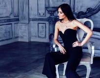Νέα γυναίκα brunette ομορφιάς στο εγχώριο εσωτερικό πολυτέλειας, γκρίζο μοντέρνο φωτεινό να φανεί κρεβατοκάμαρων νεράιδων πλούσιο Στοκ Φωτογραφία