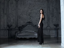 Νέα γυναίκα brunette ομορφιάς στο σπίτι πολυτέλειας Στοκ Εικόνες