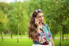 Νέα γυναίκα brunette που καλεί τηλεφωνικώς Στοκ φωτογραφίες με δικαίωμα ελεύθερης χρήσης