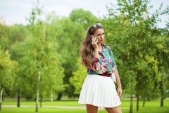 Νέα γυναίκα brunette που καλεί τηλεφωνικώς Στοκ εικόνα με δικαίωμα ελεύθερης χρήσης