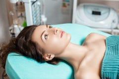 Νέα γυναίκα brunette που περιμένει την επεξεργασία SPA στο σαλόνι SPA cosmetology Στοκ εικόνες με δικαίωμα ελεύθερης χρήσης