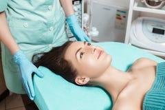 Νέα γυναίκα brunette που περιμένει την επεξεργασία SPA στο σαλόνι SPA cosmetology Στοκ φωτογραφία με δικαίωμα ελεύθερης χρήσης