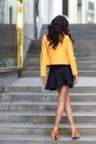 Νέα γυναίκα brunette που στέκεται στο αστικό υπόβαθρο Στοκ εικόνα με δικαίωμα ελεύθερης χρήσης