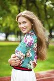 Νέα γυναίκα brunette στην άσπρη φούστα Στοκ Εικόνα