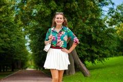 Νέα γυναίκα brunette στην άσπρη φούστα Στοκ εικόνα με δικαίωμα ελεύθερης χρήσης