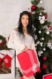 Νέα γυναίκα brunette στο εσωτερικό Χριστουγέννων στοκ εικόνες