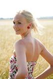 Νέα γυναίκα cornfield Στοκ εικόνες με δικαίωμα ελεύθερης χρήσης