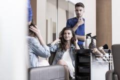 Νέα γυναίκα hairdressing στο σαλόνι Στοκ φωτογραφία με δικαίωμα ελεύθερης χρήσης