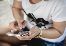 Νέα γυναίκα hipster που χρησιμοποιεί το έξυπνο τηλέφωνο στην οδό Στοκ Εικόνες