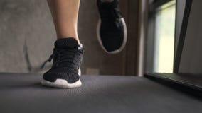 Νέα γυναίκα Jogging με τη δαντέλλα Untied Treadmill στη γυμναστική Μπροστινή στενή επάνω άποψη απόθεμα βίντεο