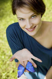 Νέα γυναίκα joyfull που παίζει με την πεταλούδα Στοκ Εικόνες