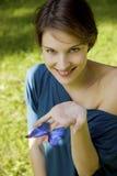 Νέα γυναίκα joyfull που παίζει με την πεταλούδα Στοκ Φωτογραφία