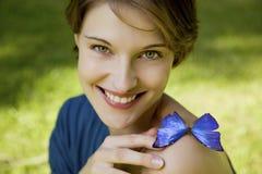 Νέα γυναίκα joyfull που παίζει με την πεταλούδα Στοκ φωτογραφία με δικαίωμα ελεύθερης χρήσης