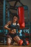 Νέα γυναίκα Kickboxing Στοκ φωτογραφίες με δικαίωμα ελεύθερης χρήσης