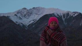 Νέα γυναίκα meditates στο πόδι των βουνών φιλμ μικρού μήκους