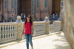 Νέα γυναίκα Plaza de España Σεβίλλη στην Ισπανία Στοκ εικόνα με δικαίωμα ελεύθερης χρήσης