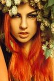 νέα γυναίκα redhair με το λυκίσκο και τρίχα που εξετάζει τη κάμεραη Στοκ φωτογραφίες με δικαίωμα ελεύθερης χρήσης