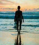Νέα γυναίκα surfer με τον πίνακα Στοκ Εικόνα