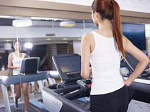 Νέα γυναίκα treadmill Στοκ εικόνες με δικαίωμα ελεύθερης χρήσης