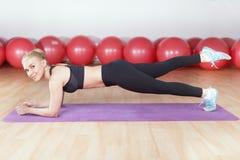 Νέα γυναίκα workout στη γυμναστική Στοκ Εικόνα
