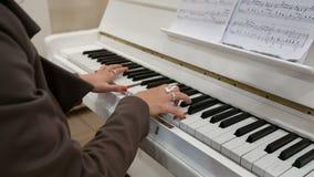 Νέα γυναικεία παιχνίδια στο πιάνο απόθεμα βίντεο