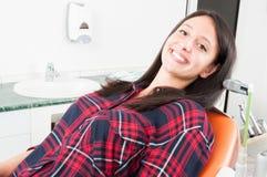 Νέα γυναικεία τοποθέτηση στην καρέκλα οδοντιάτρων Στοκ Εικόνες