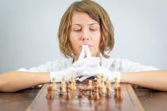 Νέα γυναικών νοσοκόμων κομμάτια παιχνιδιών σκέψης ματ σκακιού γιατρών παίζοντας Στοκ φωτογραφία με δικαίωμα ελεύθερης χρήσης