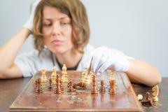 Νέα γυναικών νοσοκόμων κομμάτια παιχνιδιών σκέψης ματ σκακιού γιατρών παίζοντας Στοκ εικόνα με δικαίωμα ελεύθερης χρήσης