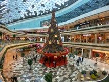 Νέα διακόσμηση έτους με ένα τεράστιο χριστουγεννιάτικο δέντρο στη λεωφόρο αγορών Vadistanbul, Κωνσταντινούπολη, Τουρκία στοκ εικόνα
