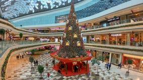 Νέα διακόσμηση έτους με ένα τεράστιο χριστουγεννιάτικο δέντρο στη λεωφόρο αγορών Vadistanbul, Κωνσταντινούπολη, Τουρκία στοκ φωτογραφίες